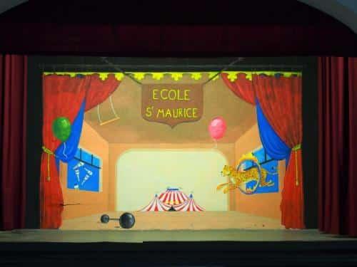 peinture murale realisee avec les eleves d'une ecole primaire pour leur salle de spectacle